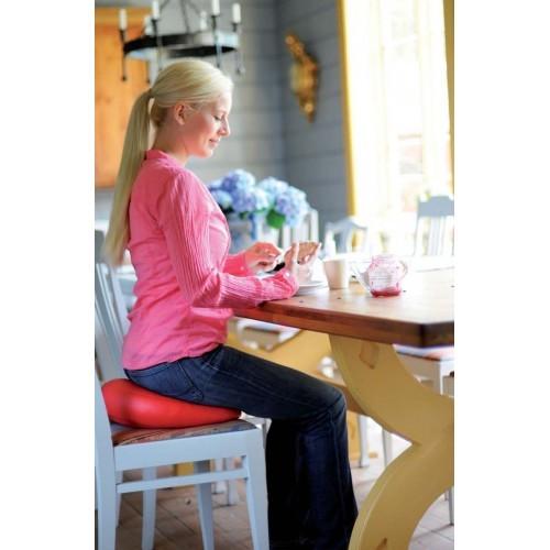 kvinna sitter på röd dyna - sisselfit