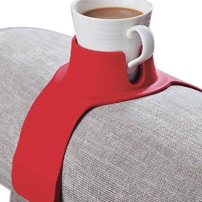 Kaffekopp i hållare på en stolskarm